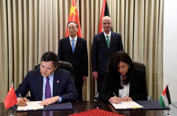 الوزيرة عودة ونائب وزير التجارة الصيني يوقعان مذكرة تفاهم