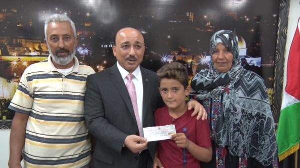 شاهد: الوزير الحساينة يُقدم مبلغاً لعائلة القرعان لترميم منزلهم