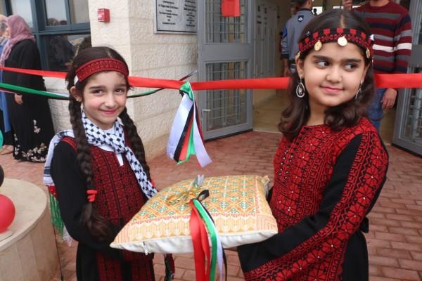 زهرات مدرسة الثغرة بطوباس تتنافس على نثر أوراق ملونة