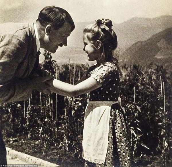 """يهودية.. حبيبة """"هتلر"""" ذات الـ7 سنوات ماتت بعدما منعوها من رؤيته بالقوة"""