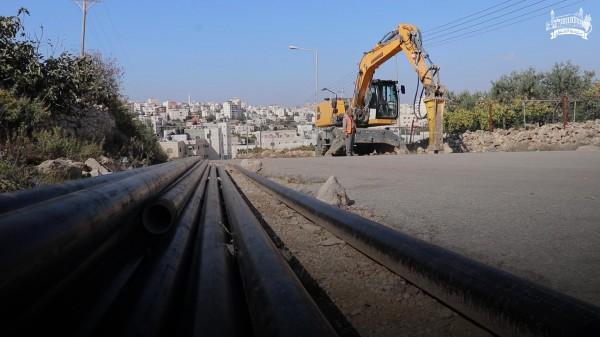 بلدية الخليل تشرع بتمديد شبكة مياه جديدة لمنطقة البويرة