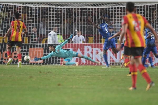 """الترجي التونسي يتوّج بلقب دوري أبطال أفريقيا بـ """"ثلاثية"""" في الأهلي المصري"""