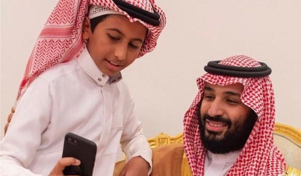 شاهد: صور تجمع بن سلمان بطفل تثير مواقع التواصل