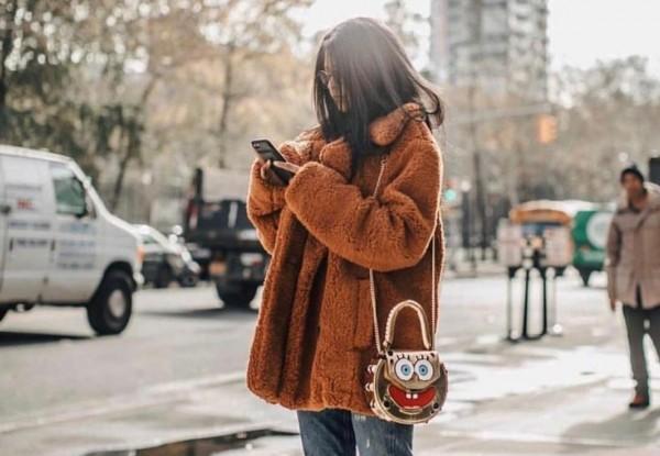 صور: جديد الموضة.. معطف الدب تميمة تألقك في الشتاء القارص