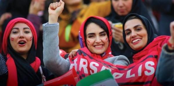 للمرة الأولى منذ 35 عاماً: مئات النساء في طهران يحضرن مباريات كرة القدم