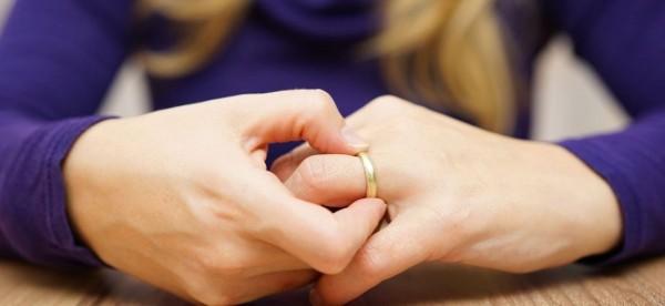 تطلب الخلع بعد زواج 6 أشهر.. رأت زوجها يُقبل صورة