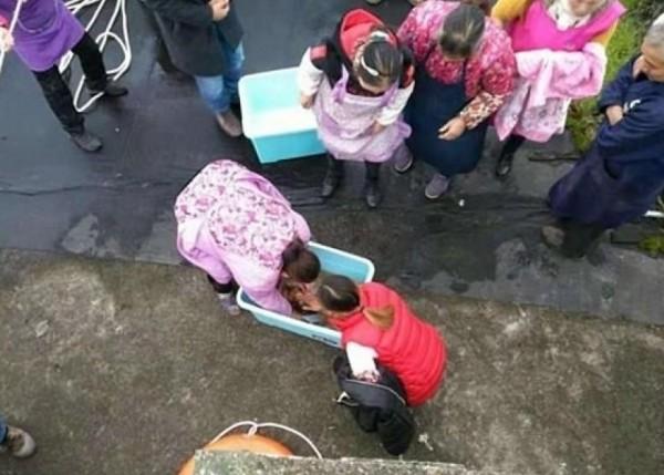 صور: صينية فقدت توازنها فسقط طفلها من يديها في المرحاض  9998924687