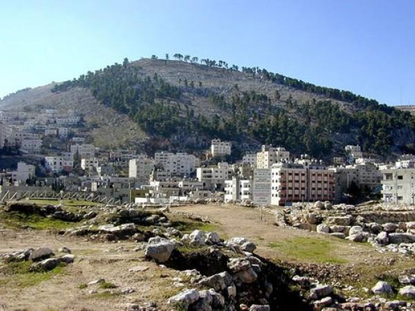 مستوطنون يَشقون شارعاً على قمة جبل عيبال في نابلس