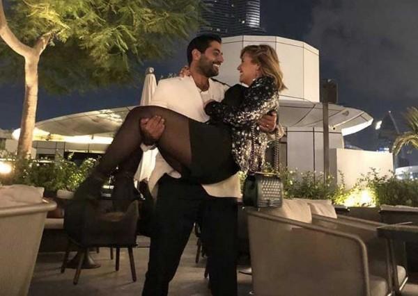 شاهد: احمد فلوكس يحمل هنا شيحة امام برج خليفة