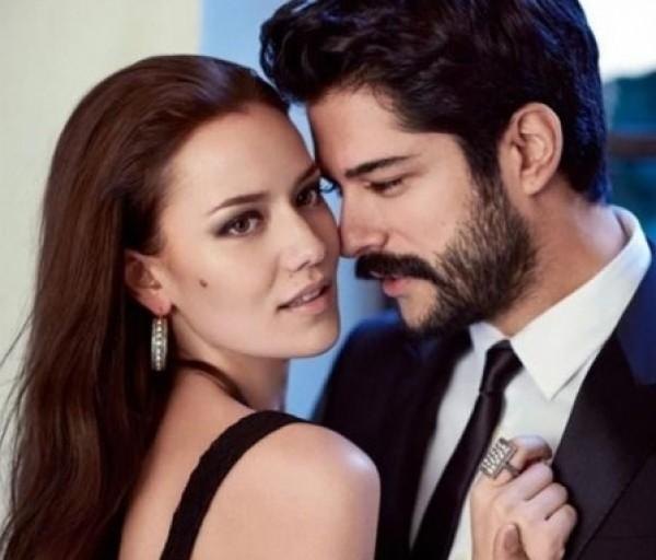 """""""فيلا بـ3 مليون يورو وحساب بنكي""""..هدية ممثل تركي شهير لزوجته بمناسبة حملها"""