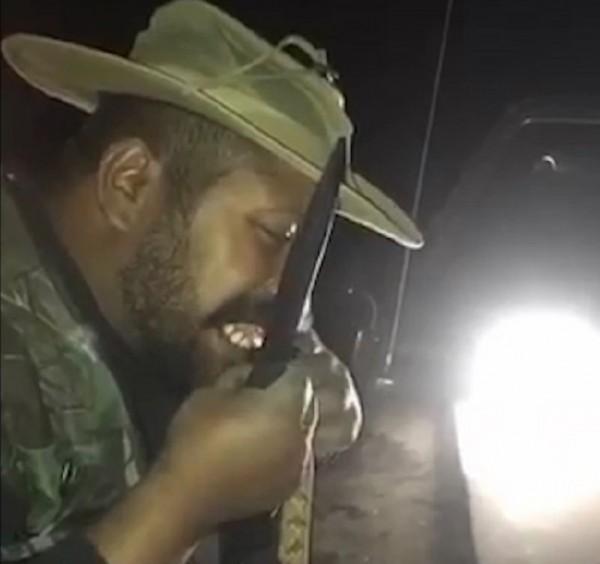 """""""رجل البرية"""".. سعودي يشوي الثعابين ويأكل الحيوانات المفترسة وهذه طريقته"""