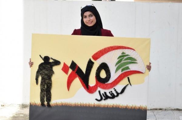 """الشابة الفلسطينية """"ريمان"""" ترسم بالمسامير.. والخيطان الملوّنة لوحاتها"""