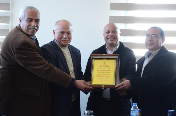 دائرة شؤون اللاجئين بغزة  تكرم د.مازن أبو زيد  لجهوده