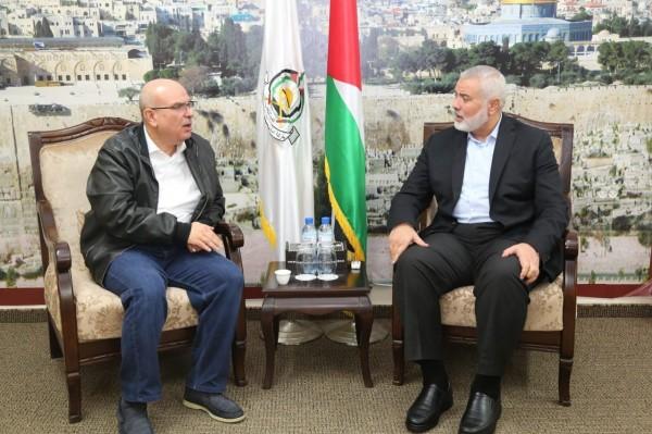 صور هنية يستقبل السفير القطري محمد العمادي في منزله بغزة