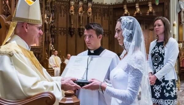 طقوس غريبة.. فتيات عذارى يهبن أنفسهن زوجات للمسيح