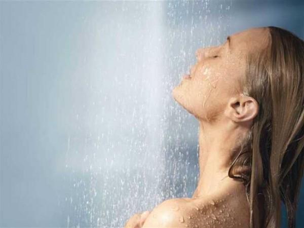 """المدة الطويلة وعدم """"الطبطبة"""".. 5 أسباب تزيد جفاف بشرتك أثناء الاستحمام في الشتاء"""