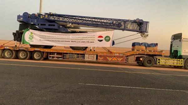 """الرافعات السعودية تعبر منفذ """"الوديعة"""" الحدودي إلى عدن والمكلا"""