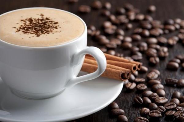 عالم يحذر من شرب القهوة والشاي على متن الطائرة.. اعرف السبب