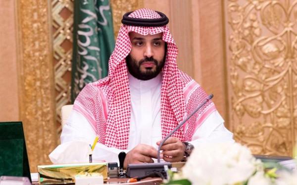 الكاميرات تلتقط حديث جانبي بين ولي العهد السعودي وممثل قطر بالقمة الخليجية
