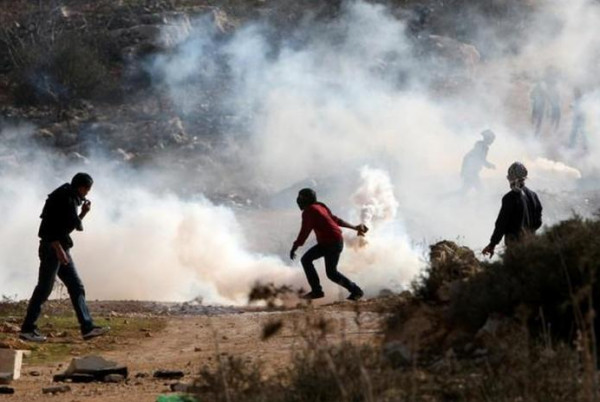 إصابة أربعة مواطنين بالرصاص المعدني والعشرات بالاختناق بمواجهات شرقي نابلس