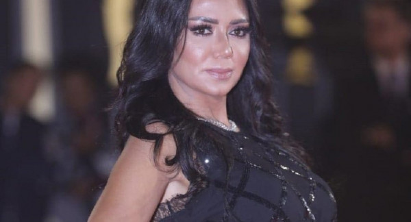 شاهدوا شكل فستان رانيا يوسف قبل أن ترتفع بطانته وتحدث ضجة..وهذا سعره