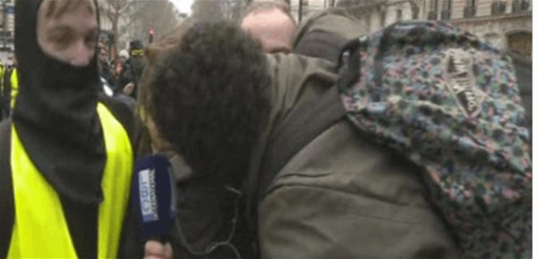 """قبلة لمراسلة """"LBCI"""" أثناء تغطيتها """"السترات الصفراء"""".. وهذه ردّة فعلها"""