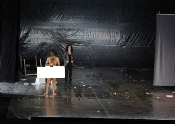 فيديو: ممثل سوري يثير الجدل بظهوره عارياً على المسرح في تونس