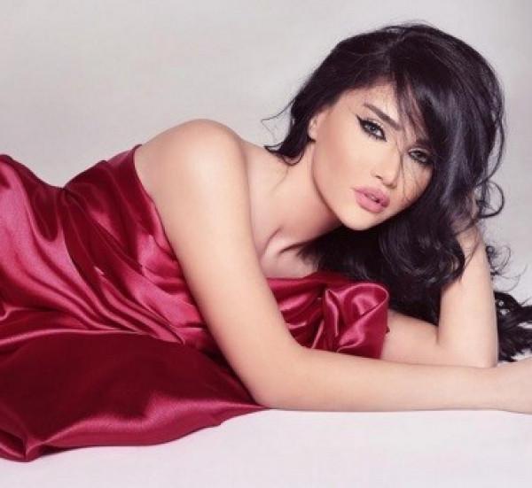 صور: نجمة لبنانية تتخطى الجرأة وتكتفي بالملابس الداخلية في أحدث إطلالاتها