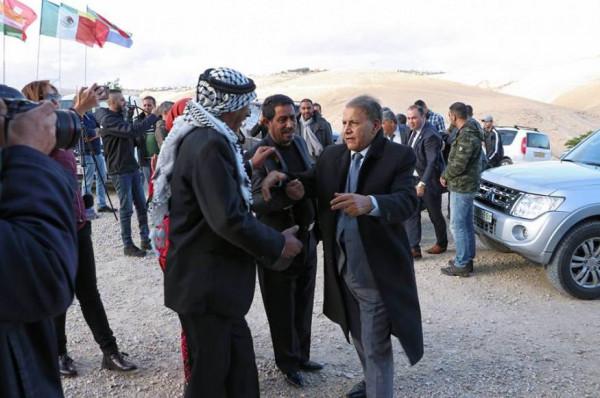 """الفنان العراقي """"سعدون جابر"""" يزور قرية (الخان الأحمر) بفلسطين"""