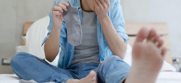 نهاية سيئة لشاب أدمن على استنشاق رائحة جواربه الكريهة