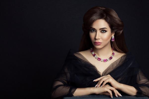 """فيديو: فستان لجين عمران لزفاف ابنتها مرصع بـ""""سواروفسكي"""" والأحجار الكريمة"""