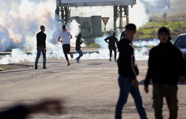 إصابة عشرات المواطنين بالاختناق خلال مواجهات مع الاحتلال في مخيم العروب
