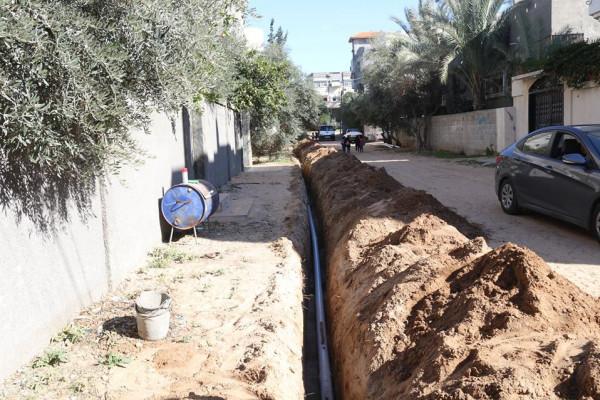 بلدية النصيرات تواصل تنفيذ خطوط مياه بمناطق متفرقة