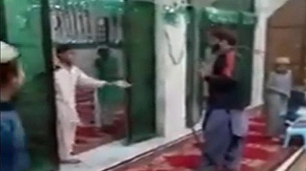 فيديو مُروع يفضح قسوة محفظ قرآن في ضرب طلابه الأطفال