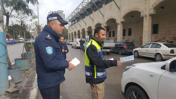 """الشرطة و""""النقل والمواصلات"""" يطلقان حملة (القيادة الامنة في فصل الشتاء) في الخليل"""