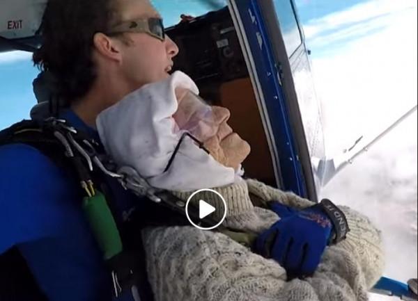 شاهد: احتفالاً ببلوغها الـ (102).. استرالية تقفز بالمظلة من ارتفاع (4300) متر