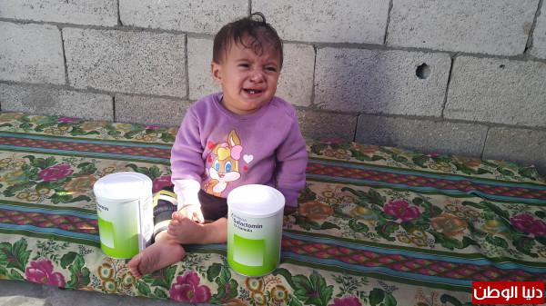 """صور: أنقذوا حياتها.. طفلة """"غزية"""" تحتاج إلى حليب خاص"""
