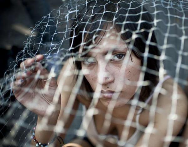 هربت خوفاً من حقنة فوجدت نفسها محاصرة في قفص للنمور