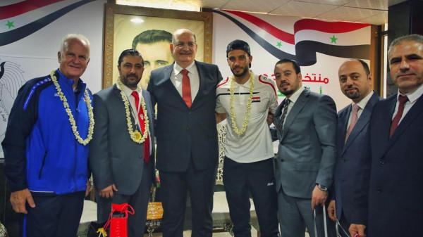 مهند فايز المصري يكرم المنتخب السوري في الإمارات
