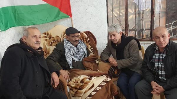 الشيوخي ووفد من جبهة النضال الشعبي يزوران الاسير المحرر يوسف النواجعة