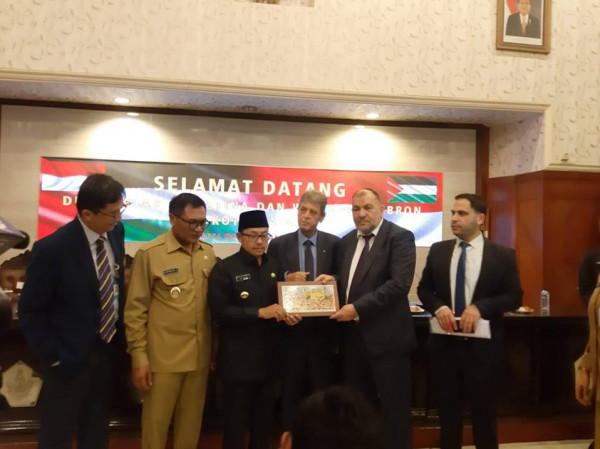 """أبو سنينة يوقع اتفاقية تعاون وتوأمة مع بلدية """"مالانج"""" الإندونيسية"""
