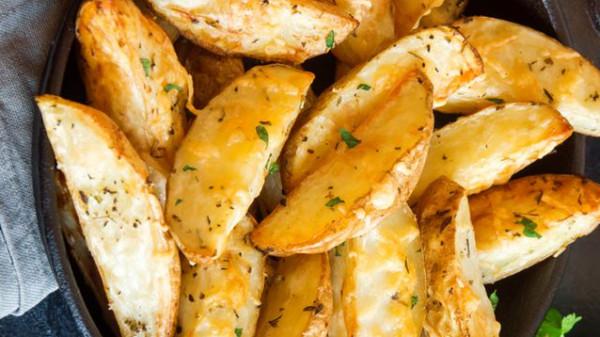 طريقة عمل بطاطس ودجز بالفرن بالجبن