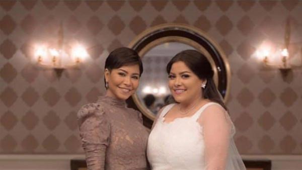 شاهدي الإطلالة الكاملة لشقيقة شيرين في حفل زفافها