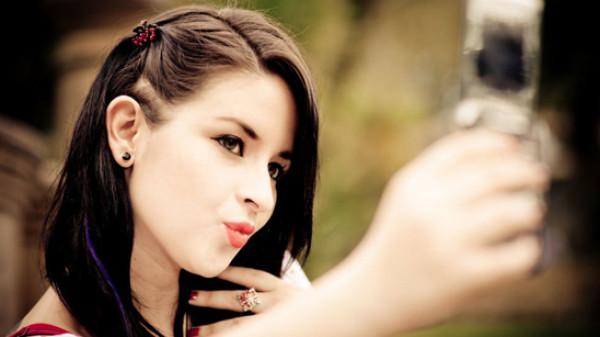 أخيراً.. العلماء يكتشفون سرّ حبّ النساء للسيلفي