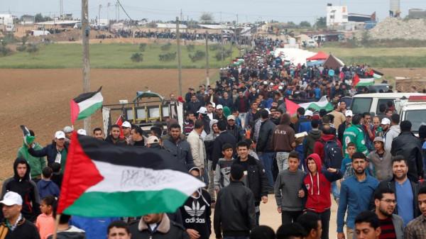 (13) ألف مشارك بالجمعة (42) لمسيرات العودة وحماس ترفض الهدوء قبل المنحة القطرية