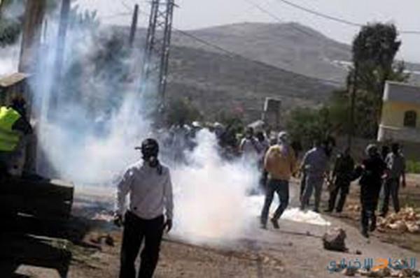 اصابة صحفي بجروح والعشرات بالاختناق خلال قمع جيش الاحتلال لمسيرة كفر قدوم
