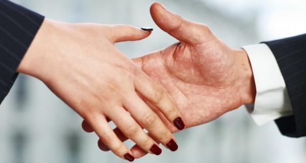 بعد عقد القران..هل يحق للزوج أن يأمر زوجته وهي في بيت أهلها؟