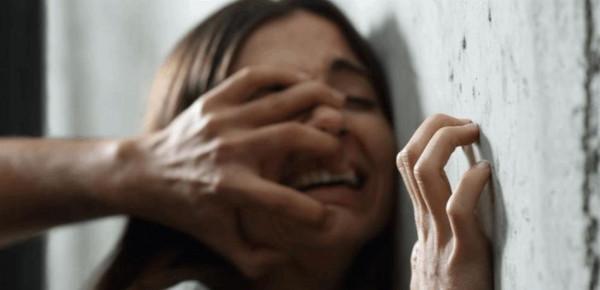 """والد يغتصب ابنته وإثنتين من صديقاتها """"لمصلحتهن"""""""