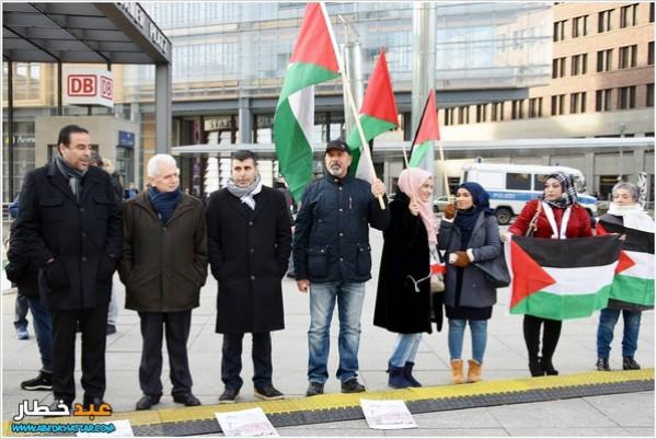 """وقفة تضامنية مع الأسرى في ساحة """"بوتسدامر بلاتس"""" وسط العاصمة الألمانية"""