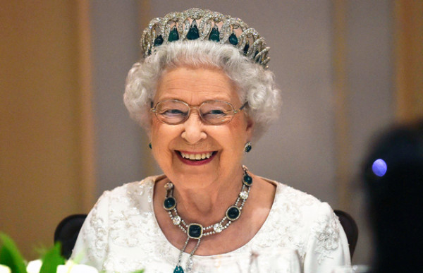 عدسات المصورين ترصد تصرفا غريبا لملكة بريطانيا.. والقصر يردّ